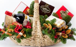 Декорируем плетеную корзину для подарков к Новому году