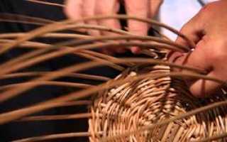 Плетение корзинки из виноградной лозы