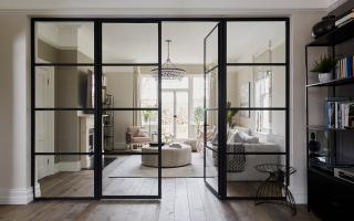 Раздвижные стеклянные двери в интерьере квартиры