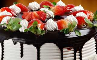 Шоколадно-сливочный торт с клубникой